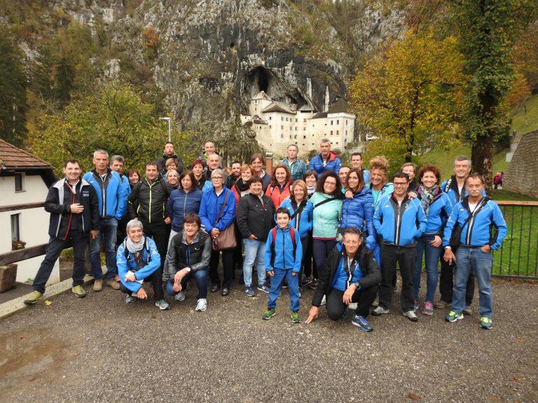Foto di gruppo davanti al castello di Predjama, grazie!