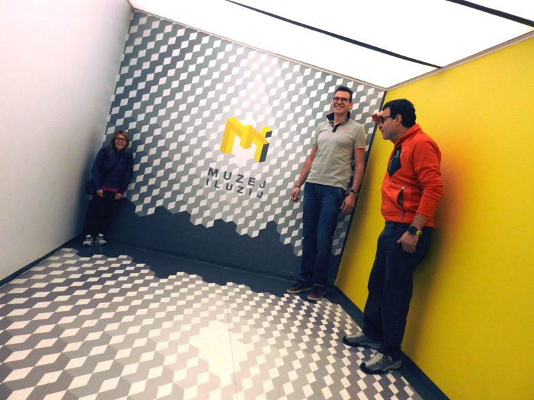 Ecco perché al museo dell'Illusionismo è meglio portare qualcuno taaanto alto e qualcuno taaanto basso...
